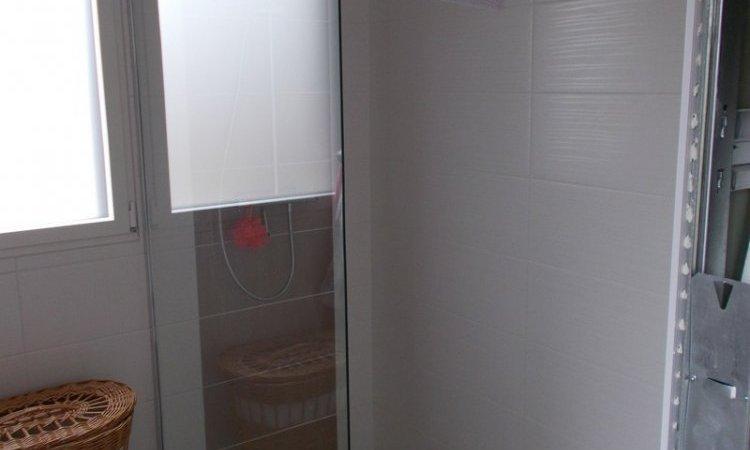 Douche à l'italienne avec caniveau et paroi de douche