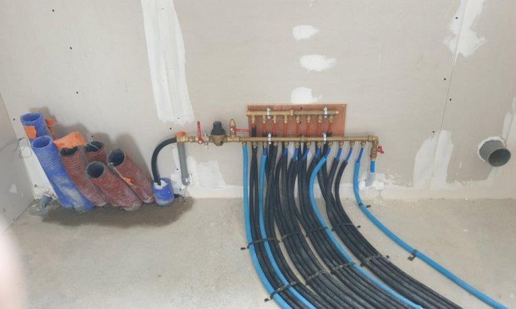 Nourrice sanitaire avec vanne d'arrêt générale et réducteur de pression - Pose de tuyauterie par votre plombier à Rieux